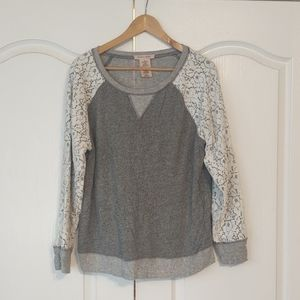 Lightweight sweatshirt with lace detail sleeves